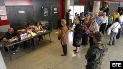 Ciudadanos uruguayos hacen fila para votar.