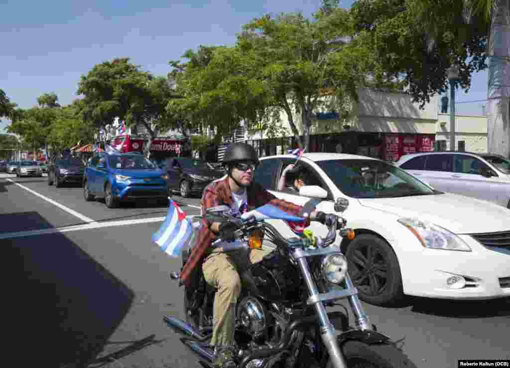 La Caravana por el Cambio en Cuba, con vehículos debidamente identificados, portó banderas cubanas durante su recorrido por distintas calles de Miami, Estados Unidos, y con el mensaje de luchar por un verdadero y definitivo cambio en la isla.