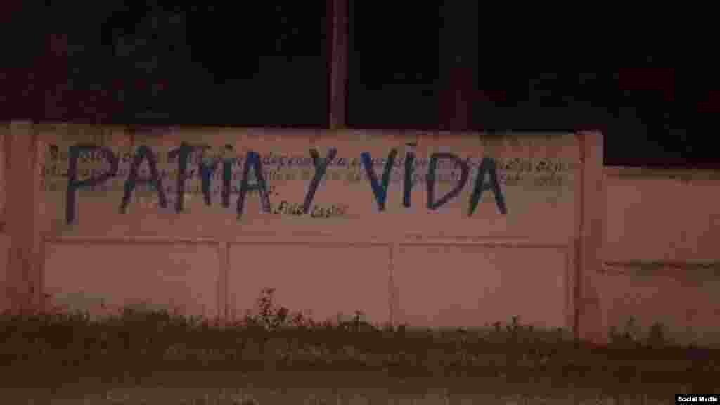"""Un cartel con """"PAtria y Vida"""" en el municipio santiaguero de Mella. (Foto: Ramón Bolano/Facebook)"""