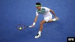 Roger Federer devuelve la bola ante el georgiano Nikoloz Basilashvili en su partido de primera ronda del Abierto de tenis de Australia 2016.