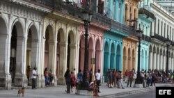Transeúntes caminan por una calle de la ciudad vieja hoy, sábado 15 de noviembre de 2014, en La Habana (Cuba).