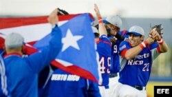 Los beisbolistas de Puerto Rico celebran su victoria ante Holanda el sábado 21 de julio de 2012, en el juego de la semifinales de la Semana del Béisbol de Holanda, que se disputa en Haarlem, Holanda. EFE/Robin van Lonkhuijsen
