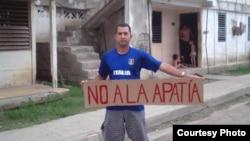 Yeris Curbelo, con cartel referido a campaña que lleva la Alianza Democrática Oriental.