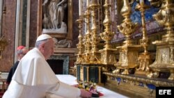 Fotografía facilitada por el Osservatore Romano que muestra al papa Francisco I rezando en la basílica Santa María la Mayor en Roma (Italia) hoy, jueves 14 de marzo de 2013. El papa Francisco acudió hoy a primera hora de la mañana a rezar a la Basílica de