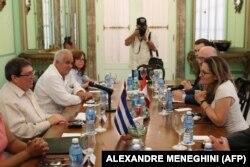 La canciller canadiense Chrystia Freeland (a la derecha) habla con su homólogo cubano Bruno Rodríguez en La Habana (Foto: AFP/Archivo).
