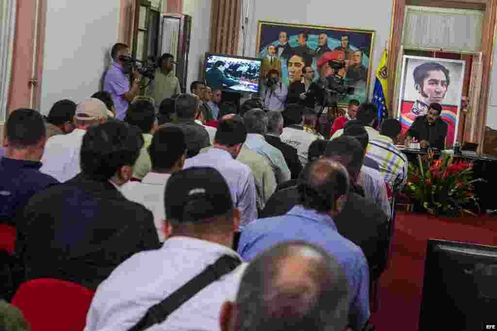Los opositores no dejaron de recriminar a Maduro cuestiones que van desde la utilización del canal estatal de televisión para insultar a adversarios a la retirada de recursos y facultades a los alcaldías de la oposición.
