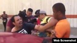 Detención de Oscar Casanella durante la marcha LGBTI en La Habana, el pasado 11 de mayo.