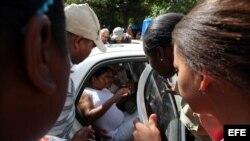 Dama de Blanco mientras es arrestada. Archivo