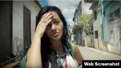 El personaje protagónico es interpretado por la española Irene Díaz, que trabaja como presentadora en el canal América Teve de Miami.