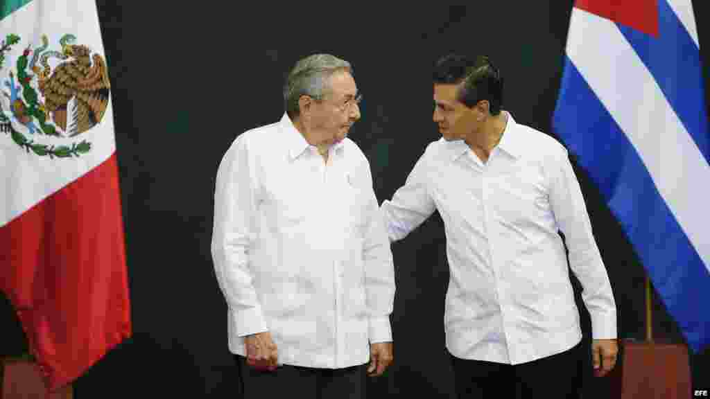 El presidente de México Enrique Peña Nieto conversa con el gobernante cubano Raúl Castro (d-i), durante la ceremonia protocolaria en el Palacio de Gobierno del estado de Yucatán, Mérida (6 de noviembre, 2015).