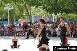 Un grupo de danza comunitario en la ciudad de Holguín. Foto cortesía de Luis F. Rojas.