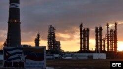 """Vista general de la refinería de petróleo """"Camilo Cienfuegos"""". Foto Archivo"""