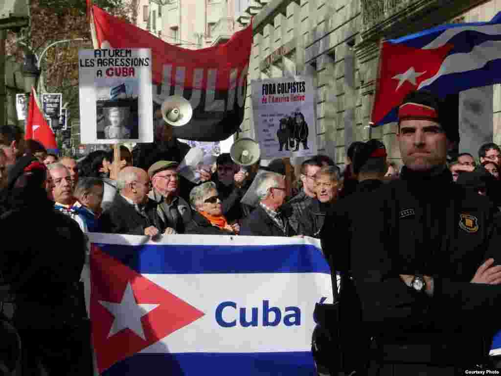 Grupos pro castristas catalanes enfrentaban en 2010 a exiliados cubanos en consulado de Barcelona.
