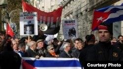Grupos procastristas catalanes enfrentaban en 2010 a exiliados cubanos en consulado de Barcelona. Foto: Jorge Ignacio Pérez.