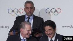 l presidente del COI, el belga Jacques Rogge (d), y el primer ministro de Japón, Shinzo Abe, participan en una rueda de prensa.