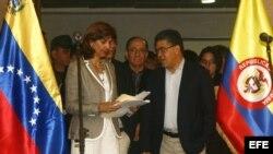 El ministro de Relaciones Exteriores de Venezuela, Elias Jaua (d), participa en una firma de acuerdos con su homóloga colombiana, Ángela Holguín (i).