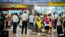 Cubanos en el Aeropuerto Internacional José Martí.