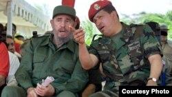 Fidel Castro y Hugo Chávez en Venezuela en 2001 (Archivo).