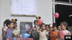 Varios niños festejan una fiesta de cumpleaños a Fidel Castro, en La Habana, Cuba.