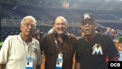 """Tany Pérez (der. ) posa con algunos miembros del equipo de Al Duro y Sin Guantes: el """"Guajiro"""" Peña (izq.) y el productor Héctor Carrillo (centro)."""