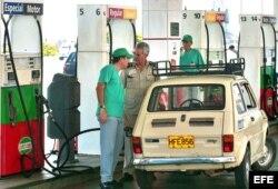 """Empleados de la empresa estatal cubana Cupet sirven gasolina en el ServiCupet """"El Tángana"""", ubicado en el malecón habanero."""