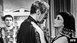 Escena de la película Cleopatra con Richard Burton y Elizabeth Taylor