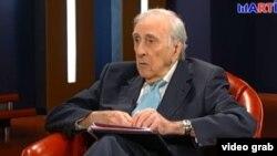 """Armando Ribas, entrevistado en el programa de Radio Televisión Martí """"Karen a las 8""""."""