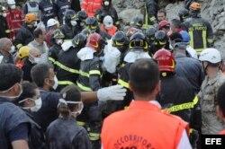 Voluntarios y cuerpos de rescate buscan víctimas del terremoto que golpeó Italia central.