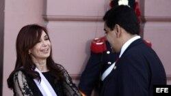 La presidenta argentina, Cristina Fernández de Kirchner (i), saluda a Nicolás Maduro (d)