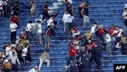 Hinchas de River Plate de Argentina se enfrentan a la policia paraguaya el 18 de julio de 2006, en Asuncion durante incidentes ocurridos al finalizar el partido contra Libertad de Paraguay por los cuartos de final de Copa Libertadores.