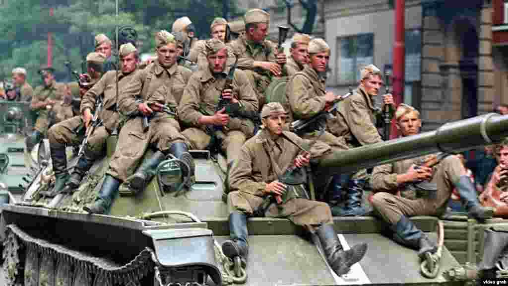 """Según Hajsky, las tropas soviéticas se sorprendieron por la reacción local a su llegada a Praga. """"Más o menos vendrían aquí en un pequeño descanso"""", dice, y agrega que la forma en que viajaban en sus tanques era más una reminiscencia de un desfile del Día de la Victoria de la Segunda Guerra Mundial que una invasión."""