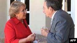 Michelle Bachelet y Raúl Castro. AFP PHOTO/Presidencia (Photo by HO / PRESIDENCIA / AFP)