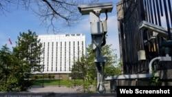 Estados Unidos impone sanciones en respuesta al comportamiento maligno de la Federación Rusa. Cámaras de seguridad vigilan el recinto de la embajada de Rusia en Washington el 15 de abril. (© Carolyn Kaster/AP Images)