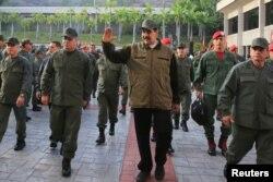 El mandatario de Venezuela, Nicolás Maduro, junto a sus generales en una base militar en Caracas, 2 de mayo de 2019. (Reuters).