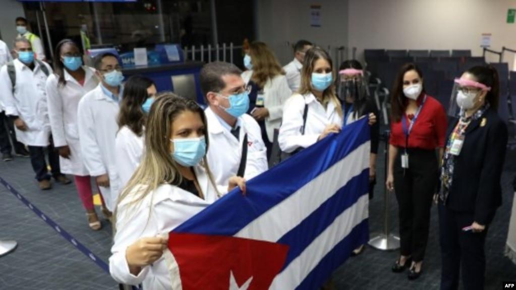 Llegada de médicos cubanos a Panamá el 24 de diciembre de 2020. AFP PHOTO / Aeropuerto Tocumen