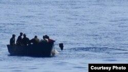 Balseros cubanos en alta mar.