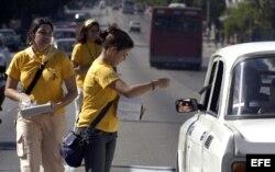Varios promotores de salud reparten condones en una avenida de La Habana. Foto Archivo