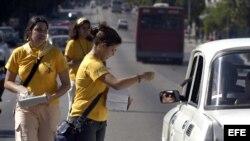Varios promotores de salud, que trabajan en el grupo de prevención de VIH-SIDA, repartiendo condones en una avenida de La Habana (Cuba), como parte de las diferentes actividade