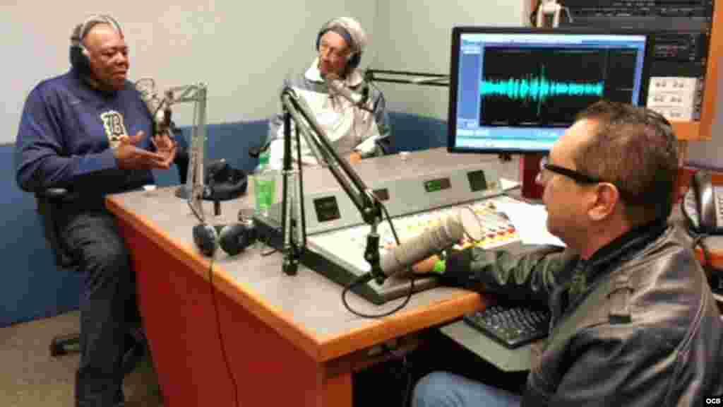 Momento en el que graban un programa en Radio Martí, Tony Oliva, Orlando Peña y Edemio Navas.