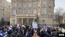 Una manifestación ante la embajada de Cuba en Washington. Foto Michelle Sagué.