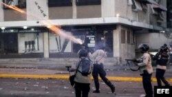 Miembros de la Policía Nacional Bolivariana (PNB) enfrentan a manifestantes