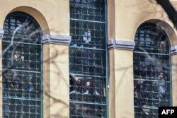 En esta foto tomada el 9 de marzo, un grupo de reos de la cárcel San Vittore, de Milán, tratan de llamar la atención desde las ventanas del reclusorio en medio de una protesta por la cuarentena del coronavirus (Foto: Miguel Medina/AFP).