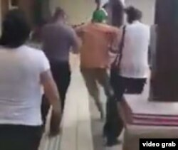 Otro momento de la expulsión violenta de Norman del Valle del acto en el museo costarricense.