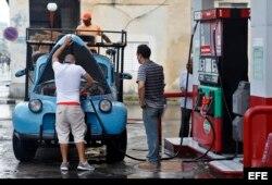 Un hombre abastece de combustible su vehículo en una gasolinera de La Habana.