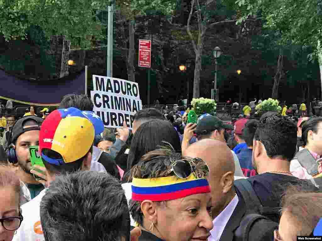 Mnifestantes venezolanos protestas contra régimen de Maduro ante edificio de la ONU en Nueva York