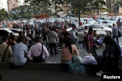 Venezolanos caminan por las calles durante el apagón que hizo colapsar el metro de Caracas en el horario pico.