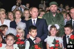 Vladimir Putin y Fidel Castro posan en dieiembre del 2000.