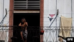 Un hombre observa desde un balcón en La Habana (Cuba).