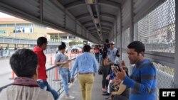 Cubanos bloqueados en la frontera entre México y Estados Unidos hacen una fila en la puerta de entrada a Estados Unidos en Nuevo Laredo. (Archivo)