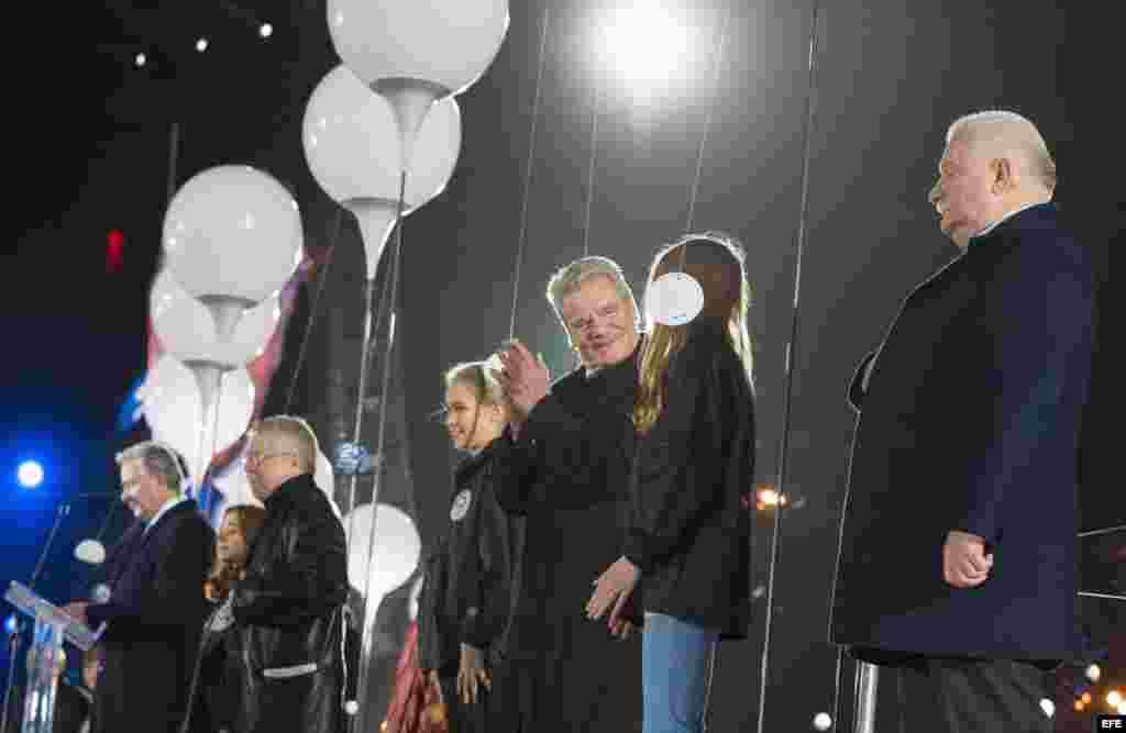 El alcalde de Berlín, Klaus Wowereit y el ex presidente polaco Lech Walesa en la tribuna.